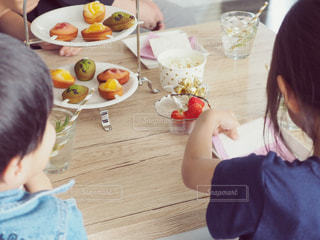 テーブルに座っている子供たちの写真・画像素材[1166427]