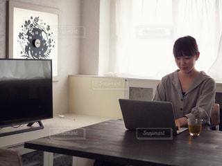 ノート パソコンで作業をしている女性の写真・画像素材[1166475]