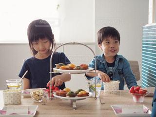 ホームパーティーを楽しむ男の子と女の子の写真・画像素材[1166624]