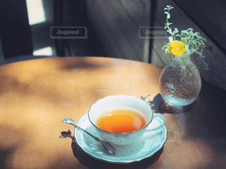 木製のテーブルと紅茶でティータイムの写真・画像素材[1178307]