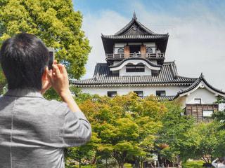犬山城とそれを撮る人の後ろ姿の写真・画像素材[1178546]