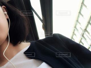 通勤途中に音楽を聴く女性の写真・画像素材[1185089]