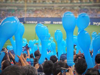 野球観戦で風船を持つ人々の写真・画像素材[1189988]