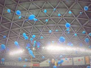 天井高くまで飛ぶ青色の風船の写真・画像素材[1189989]