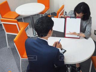 テーブルに座っている人々 のグループの写真・画像素材[1206015]
