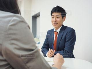 ビジネスの話をする男女の写真・画像素材[1206017]