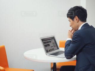 ノート パソコンを使用している男性の写真・画像素材[1206068]