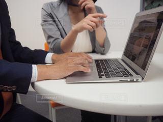 ラップトップ コンピューターを使用している人の写真・画像素材[1206079]