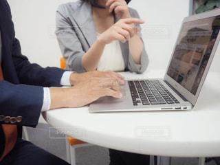 ラップトップ コンピューターを使用している男女の写真・画像素材[1207189]