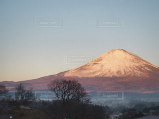 御殿場プレミアムアウトレットの駐車場から見た朝焼けの富士山の写真・画像素材[1259237]