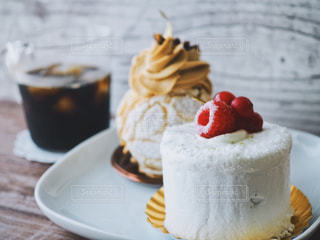 近くに皿の上のケーキのアップの写真・画像素材[1264970]