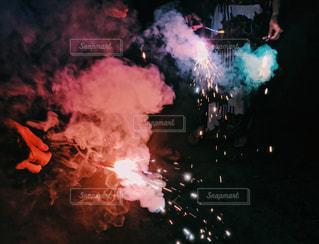 夏の夜の手持ち花火の写真・画像素材[1277342]