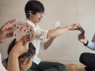 部屋でトランプを楽しむ人々の写真・画像素材[1321740]