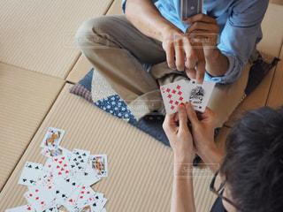 テーブルに座っている人の写真・画像素材[1321741]