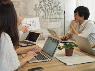 オフィスで会議中の人々の写真・画像素材[1321743]