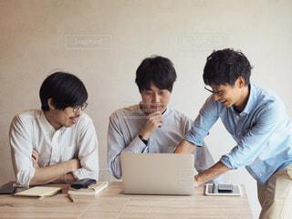 ノート パソコンを見ている人々 のグループの写真・画像素材[1321751]