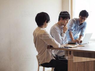 ラップトップを使用してテーブルに座っている人々 のグループの写真・画像素材[1321752]