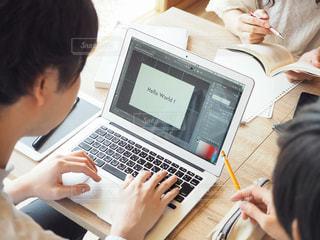 ノート パソコンを見ている人々 のグループの写真・画像素材[1322632]