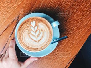 木製テーブルの上のコーヒー カップの写真・画像素材[1396158]