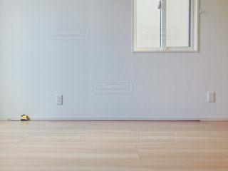 白い壁の部屋の写真・画像素材[1442026]