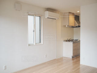 木製の床とキッチンの写真・画像素材[1480947]