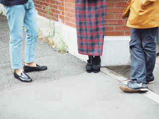 歩道に立っている人の写真・画像素材[1536588]