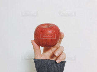リンゴを持っている手の写真・画像素材[1732719]