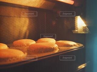 オーブンで焼いているところの写真・画像素材[1738678]
