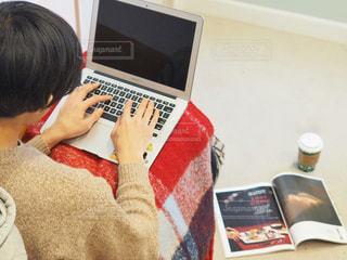 ノートパソコンを使用している男性の写真・画像素材[1785929]