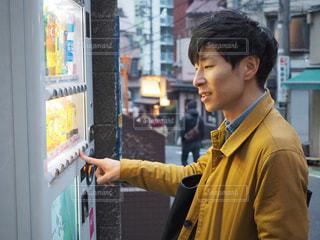 自動販売機で飲み物を購入する人の写真・画像素材[1793063]