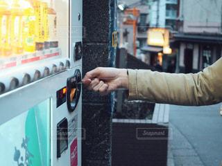 自動販売機にお金を入れる人の写真・画像素材[1793065]