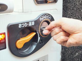 自販機にお金を入れる人の写真・画像素材[1793066]