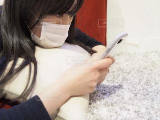 風邪で部屋に引きこもって暇つぶしをしている人の写真・画像素材[1807041]