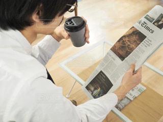 新聞を読んでいる人の写真・画像素材[1809137]