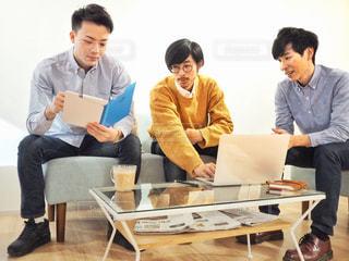 テーブルに座っている人々 のグループの写真・画像素材[1809760]