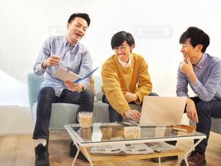 テーブルに座っている人々 のグループの写真・画像素材[1809761]