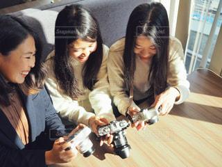 撮った写真を確認するカメラ女子の写真・画像素材[1821122]