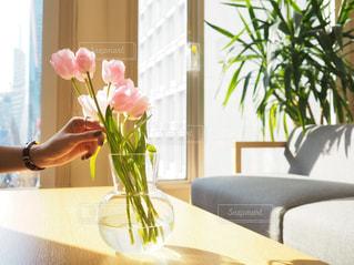 テーブルの上の花の花瓶の写真・画像素材[1821139]