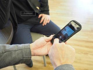 携帯電話を使用している人の写真・画像素材[1821151]