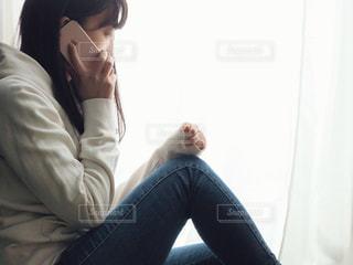 携帯電話で通話中の女性の写真・画像素材[1822246]