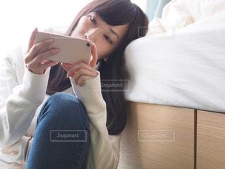 部屋で動画を見る女性の写真・画像素材[1822248]