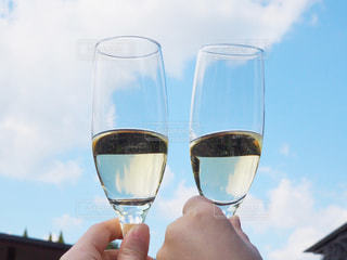 ワインのグラスを持っている手の写真・画像素材[1849147]