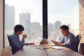 オフィスで作業中の写真・画像素材[2062752]