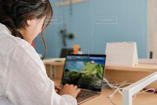 オフィスでデスクワークする人の写真・画像素材[2062783]
