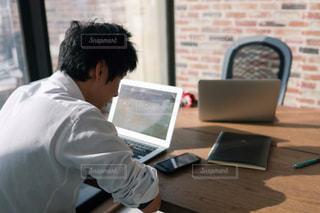 オフィスで作業中の写真・画像素材[2062786]