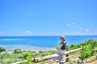 海を望むベンチに座っている男の写真・画像素材[802406]