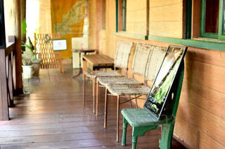 リビング ルームは、家具や木製の床でいっぱい - No.930349