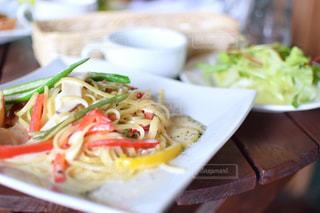 テーブルの上に食べ物のプレート - No.930352