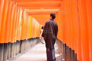 カーテンの前に立っている男の写真・画像素材[932713]
