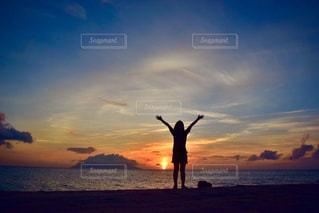ビーチに沈む夕日の写真・画像素材[1082750]